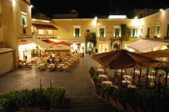 Ausflug Capri mit Besuch La Piazzetta von Ischia aus