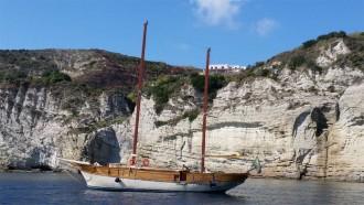 Inselrundfahrt mit Segelboot Joya auf Ischia